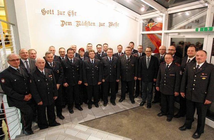 Langjährige Floriansjünger der Feuerwehr Buchen wurden geehrt. Das Bild zeigt sie sowie die neu ...