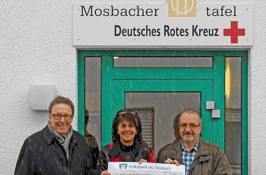 Einen symbolischen Scheck über 3800 Euro aus Mitteln des Gewinnsparens übergab Klaus Saffenreuther ...
