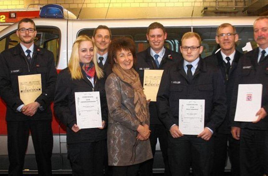 Über Ehrungen und Beförderungen freuen sich die Mitglieder der Bobstädter Feuerwehr.