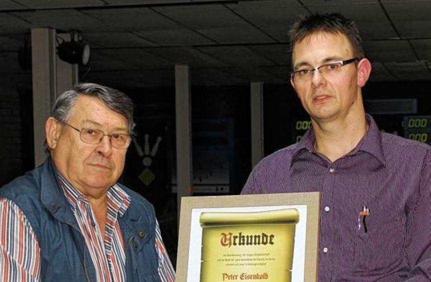 Das neue Ehrenmitglied Peter Eisenkolb (links) zusammen mit Abteilungsleiter Sven Feuchtmüller.