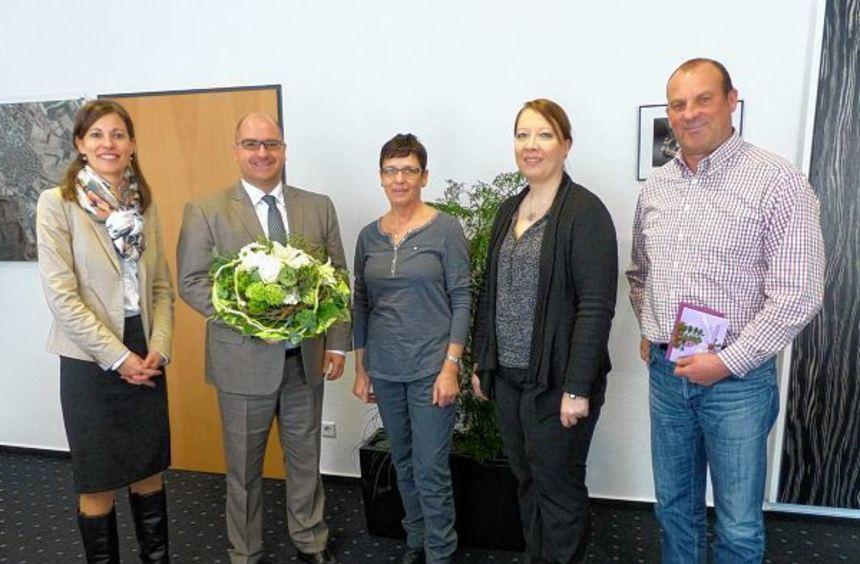 Isabel Heider, Bürgermeister Jens Geiß, Mirjam Beckmann und Thomas Kobbert (v. l.) gratulierten der ...