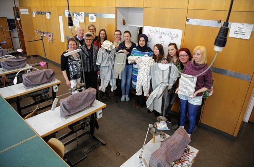 Acht Schülerinnen der Justus-von-Liebig-Schule haben dem Förderverein Herschelbad Bademode der ...