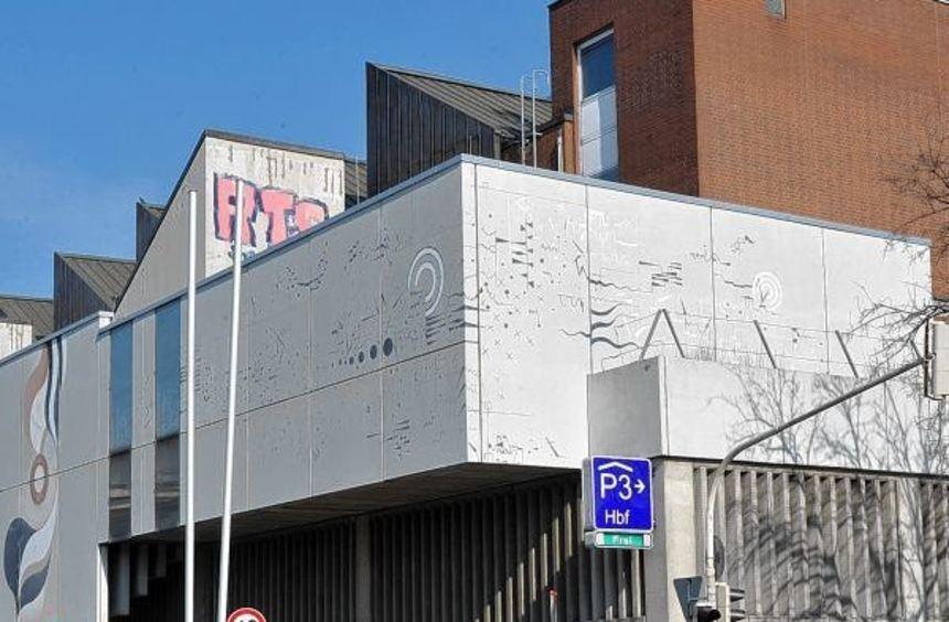 Stark sanierungsbedürftig: die Betonfassade der Sporthalle in der Schwetzingerstadt an der Ecke ...