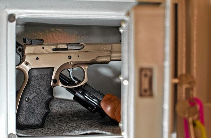 Müssen sicher und ordnungsgemäß verwahrt werden: Schusswaffen in einem Tresor.