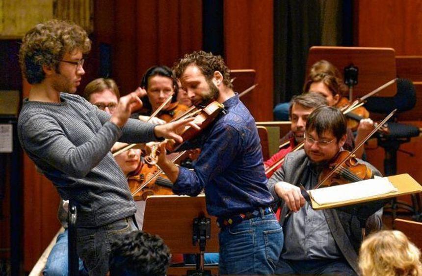 Mit Sorgfalt statt Showeffekt: Christoph Altstaedt beim Proben mit dem NTO im Mozartsaal an ...