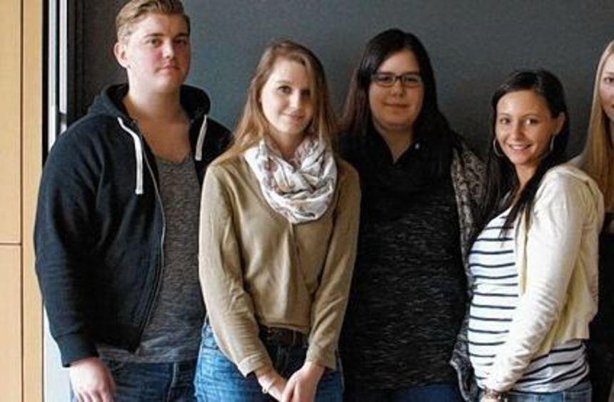 Die Schüler der Elisabeth Selbert-Schule freuen sich über ihr Zertifikat.
