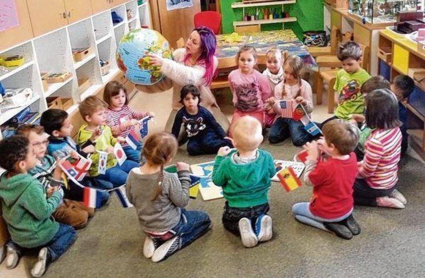 Multikulturelle Bildung beginnt im Kindergarten. Daniela Schneider, Leiterin des katholischen ...
