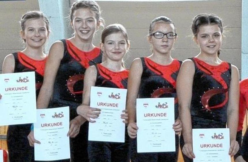 Siegerinnen: Die 12- bis 13-jährigen Mädchen des TSV holten sich den Sieg beim ...