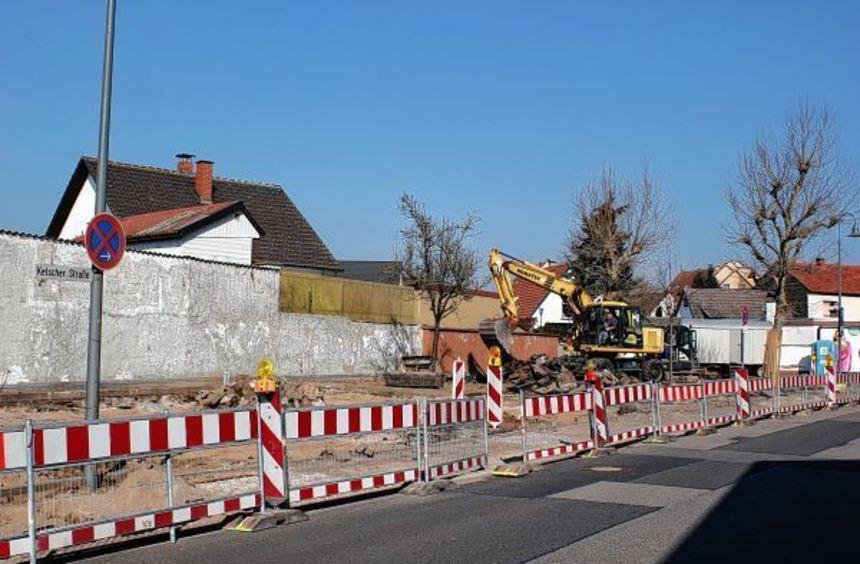 In dieser Woche haben die Bautrupps bereits begonnen die Asphaltdecke des alten Parkplatzes ...