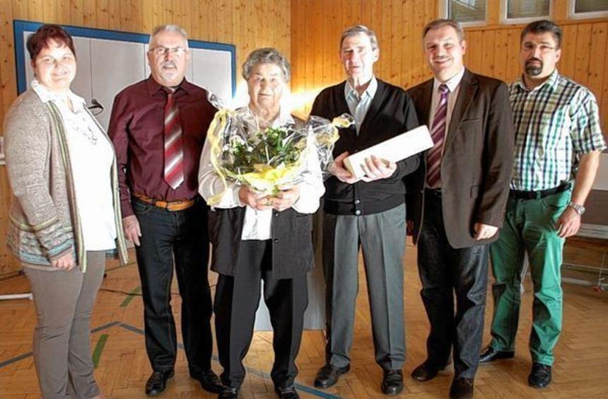 Die geehrten Erika Braun (87) und Karl Noe (80) mit (von links), Ortsvorsteherin Karin Körner, ...