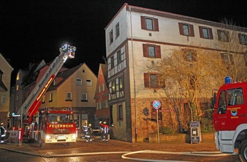 Für den Ernstfall übten Einsatzkräfte der Freiwilligen Feuerwehr am Montagabend in Wertheim. Dabei ...