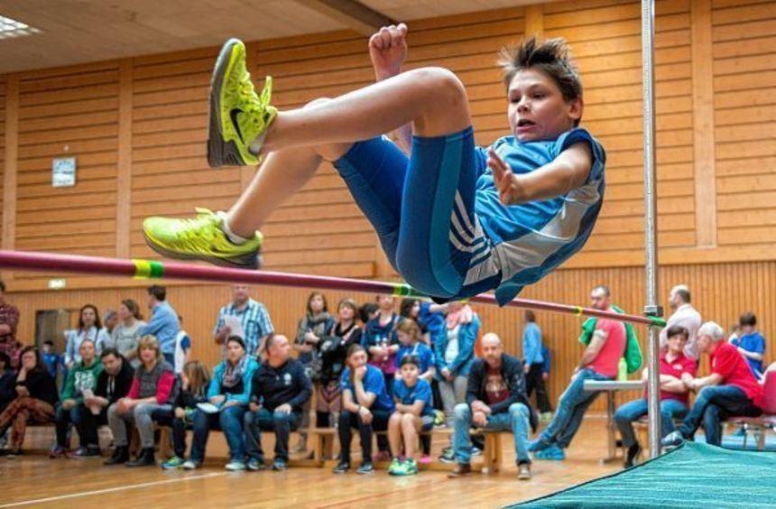 Paul Wagner von der LG Kurpfalz versucht hier beim Schüler-Hallensportfest in den Reilinger ...