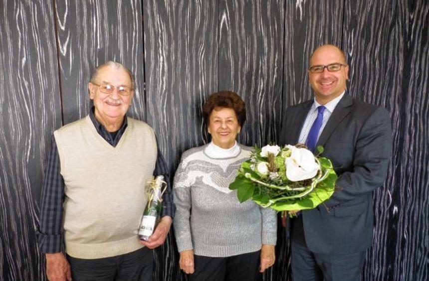 Blumen, Sekt sowie Karten für eine Veranstaltung der Gemeinde überreichte Bürger-meister Jens Geiß ...