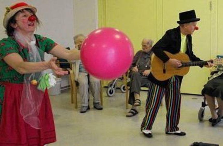 Die Clowns Lakritze und Beppo Makaroni sorgten im Forum der Senioren für Bewegung und ...