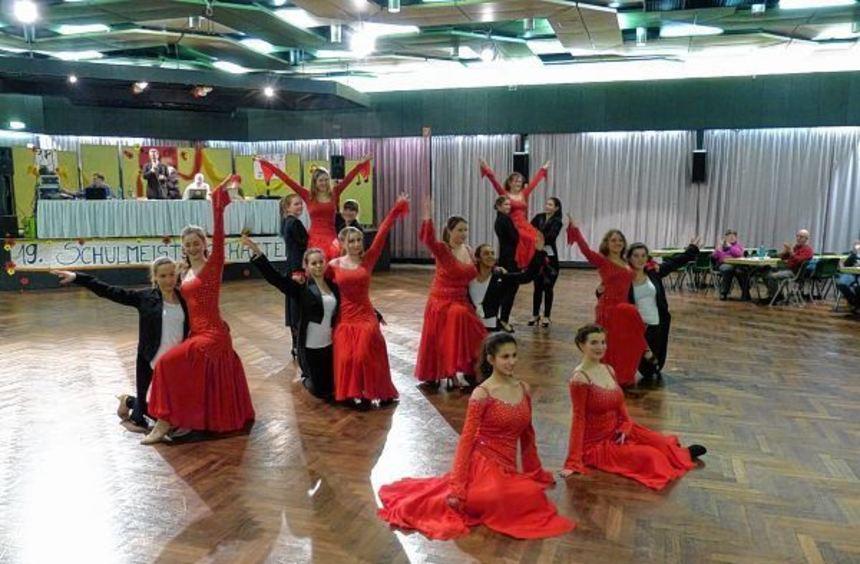 Beim diesjährigen Tanzturnier der Liebfrauenschule Bensheim zeigte die Tangoformation der Oberstufe ...