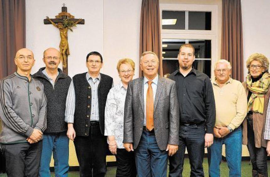Der neue Vorstand der Kolpingsfamilie Heppenheim: Manuel Schöllig (4.v.r.) löste Christoph Zahn ...