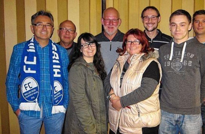 Mitglieder des FC Waldesruh, vorne rechts die Vorsitzende Andrea Prokop.