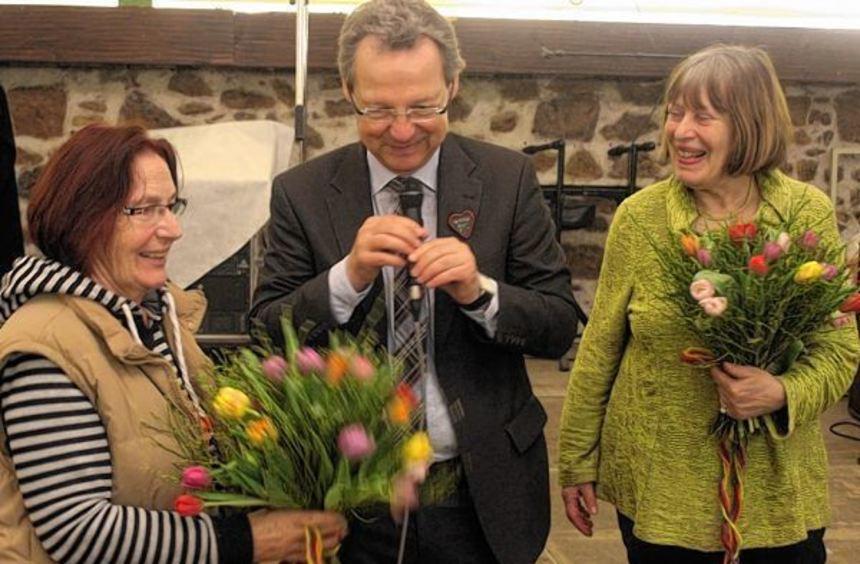 Bürgermeister Höfer dankt Gisela Delis-Ngom (r.) und Jo Goertz.