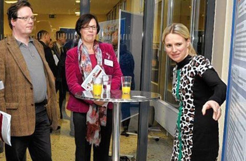Professorin Edith Rüger-Muck (rechts) im Gespräch mit Besuchern.