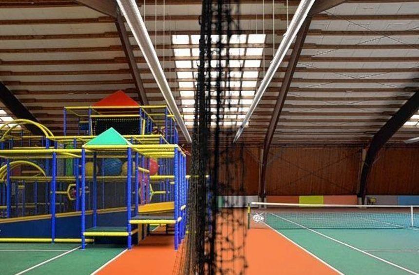 Ein Netz trennt das verbliebene Feld vom Abenteuerspielplatz in der Tennishalle in Buchen.