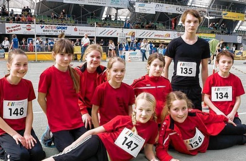 In Sindelfingen erfolgreich waren (vorne) Anna Hellinger und Lia-Luisa Markert sowie (dahinter von ...
