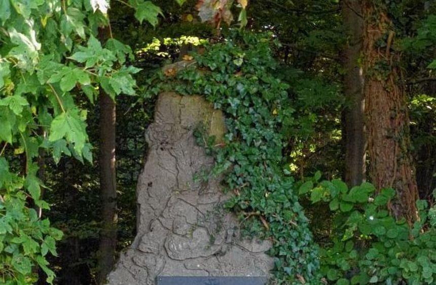Der Heimatverein Hettingen errichtete einen Gedenkstein für den beim Kampf am 30. März 1945 im ...