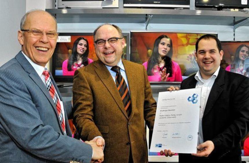 Martin Proba von der IHK Darmstadt (Mitte) übergab die Jubiläumsurkunde seiner Organisation an ...
