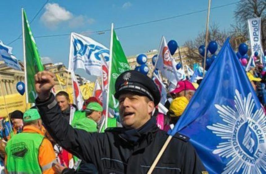 Auch Polizisten protestierten gestern in Stuttgart.