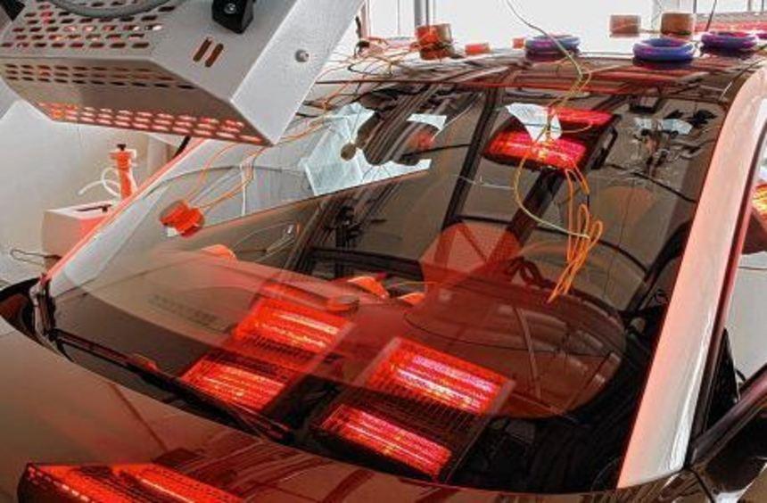 Heißgemacht: Ein Auto wird mit Wärme bestrahlt, um eventuell unangenehme Ausdünstungen aufzudecken.
