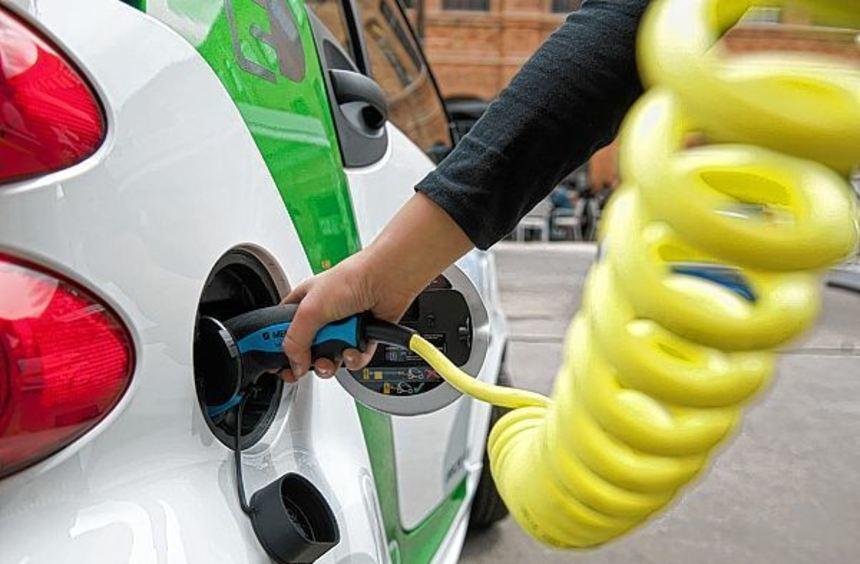 Für Autohändler ist es nicht einfach, die Stromer zu verkaufen. Der vergleichsweise hohe ...