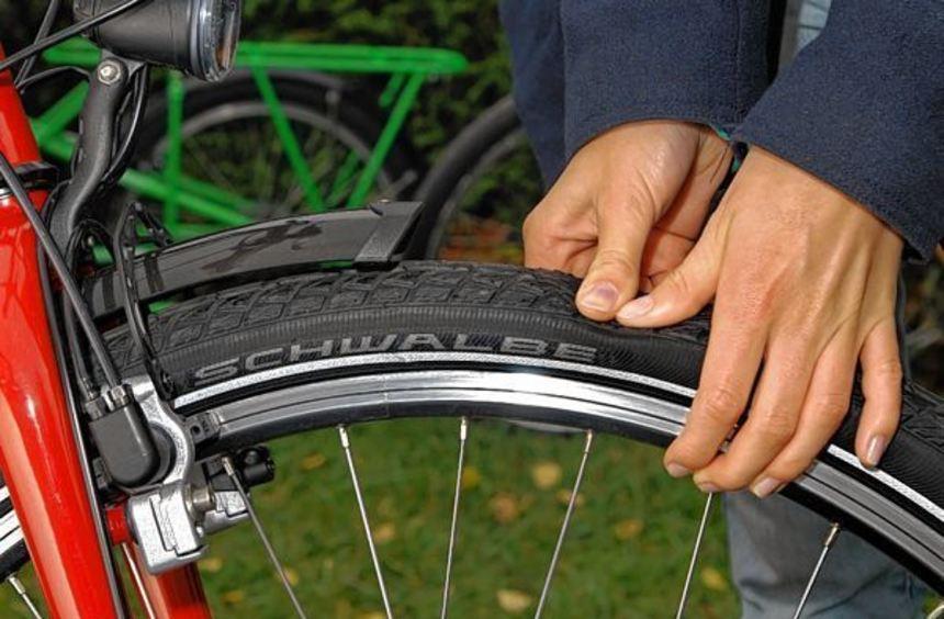 Frühjahrspflege: Lässt sich der Reifen mit dem Daumen merklich eindrücken, muss nachgepumpt werden.