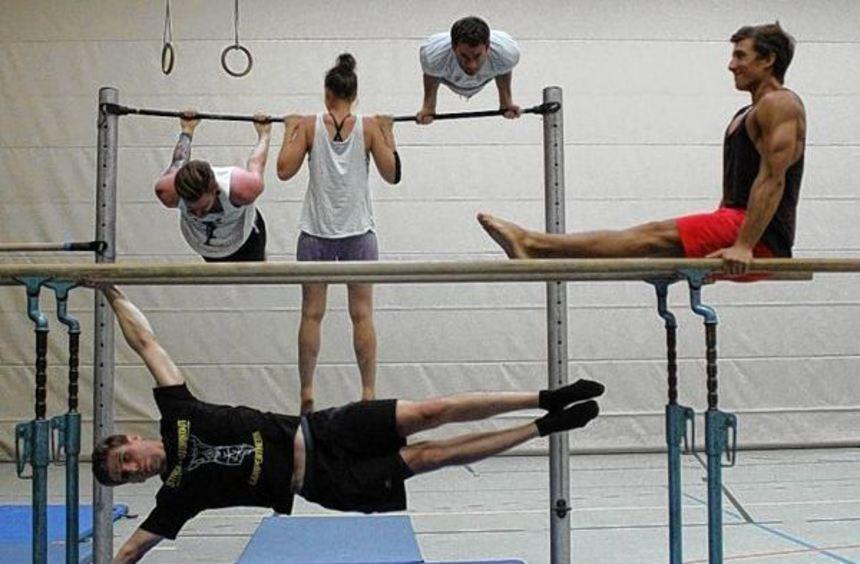 """Weil sie keine Möglichkeit haben, im Freien zu trainieren, nutzen die Mitglieder der Gruppe """"Street ..."""
