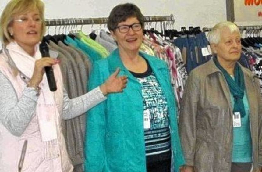 Modenschau: Renate Hildebrandt stellt ihre Models Renate Langham (von links), Karin Horchheimer, ...