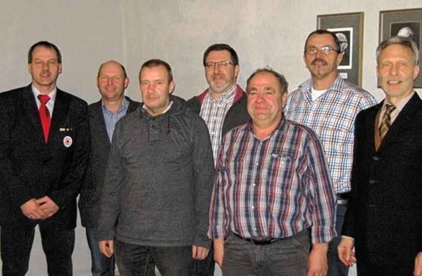 Die geehrten Blutspender mit Königheims Bürgermeister Ewald Wolpert (rechts) und Bernd Frank, ...
