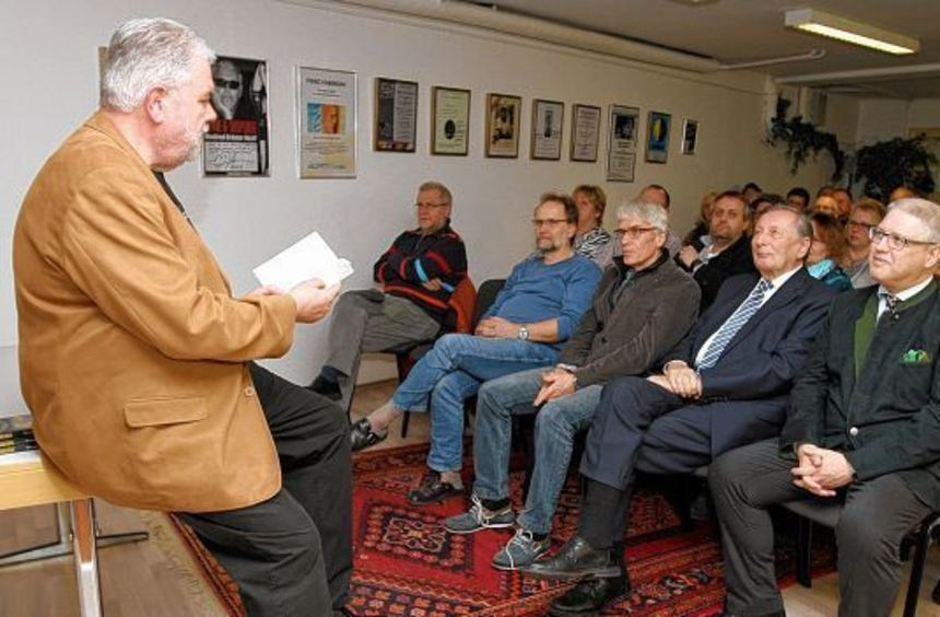 Gespannt lauschten die Zuhörer in der Pegasos-Buchhandlung den Ausführungen des Romanschreibers ...