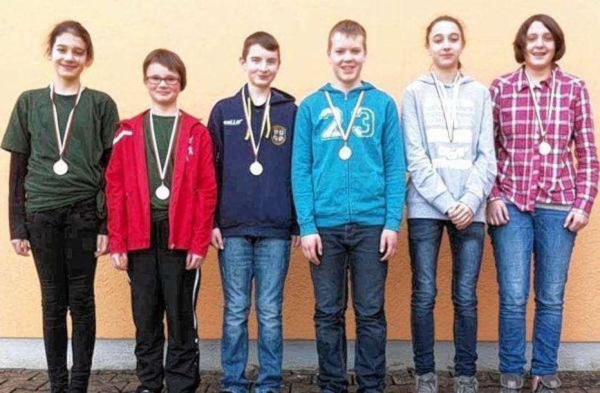 Erfolgreich: (von links) Lara Zeller, Ronja Weidmann (beide Schützenabteilung Niederstetten), ...