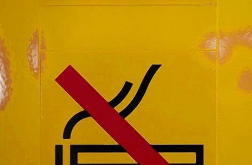 """""""Rauchen verboten"""" zeigt ein Piktogramm in Berlin."""