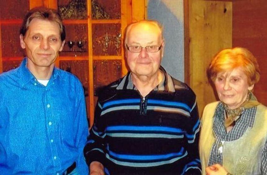 Das Bild zeigt (von links) den zweiten Vorsitzenden der Gartenfreunde, Hermann Strubel, Jubilar ...