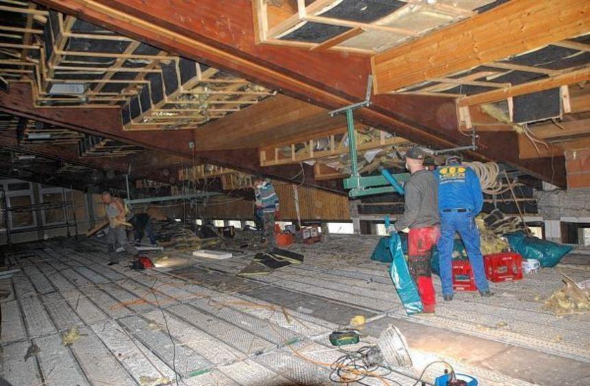 Zahlreiche freiwillige Helfer packten bei der Sanierung der Turn- und Festhalle Gerchsheim am ...