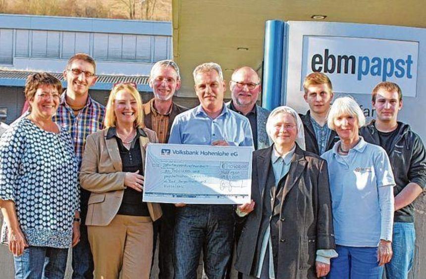 Symbolische Scheckübergabe: 5200 Euro aus dem Erlös der Weihnachtstombola bei ebm-papst Mulfingen ...