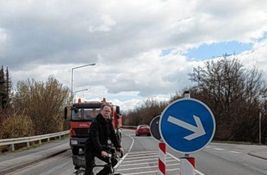 Eine Mittelinsel soll Radlern beim Queren der Schwanheimer Straße helfen.