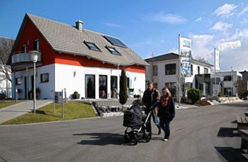 Die parkähnliche Anlage des Fertighaus-Centers lädt zum Flanieren ein.
