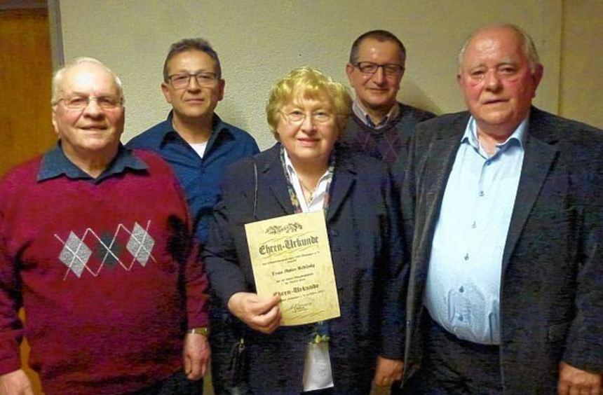 Bei der Generalversammlung des Männergesangvereins Hettingen wurde Anita Schönig für 40 Jahre ...