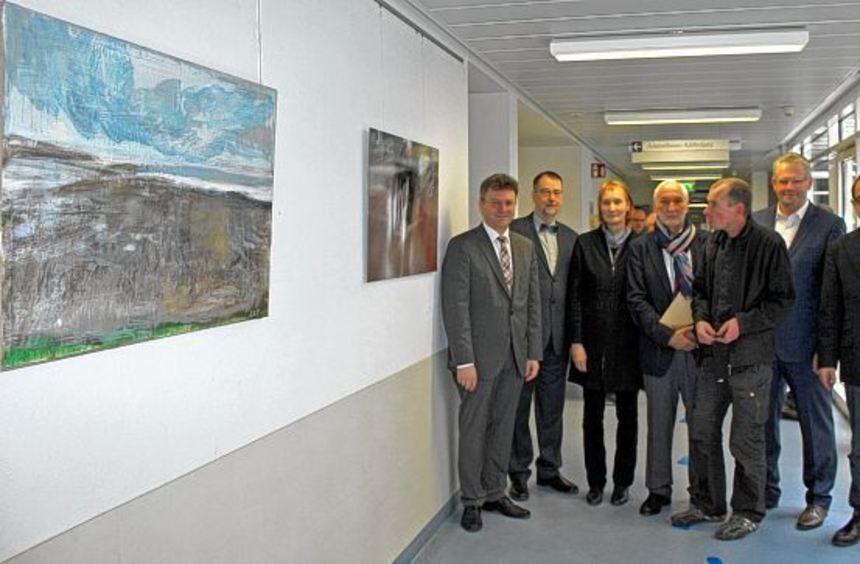 """Zur Vernissage der Ausstellung """"Gegenüber"""" im Buchener Krankenhaus kamen viele Gäste, darunter auch ..."""