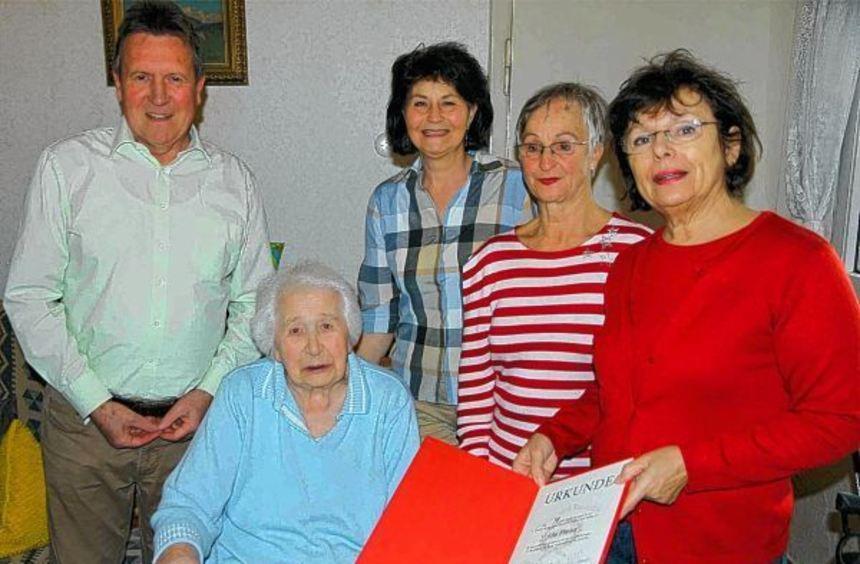Elsa Fischer freut sich, im Beisein von Dieter Hoffstätter, Doris Uhrich und Christa Rettig, die ...
