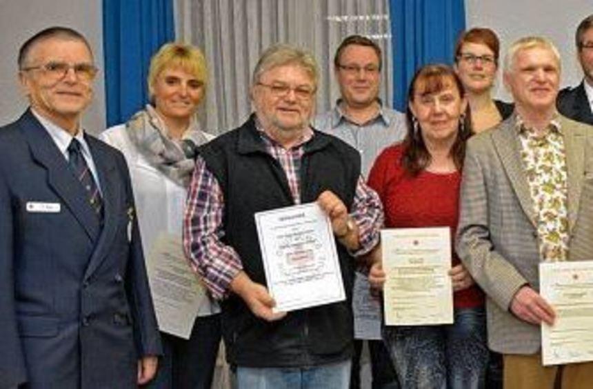 Ortsvereinsvorsitzender Dieter Hölzel (rechts) konnte mit Bürgermeister Dieter Mörlein (Dritter von ...