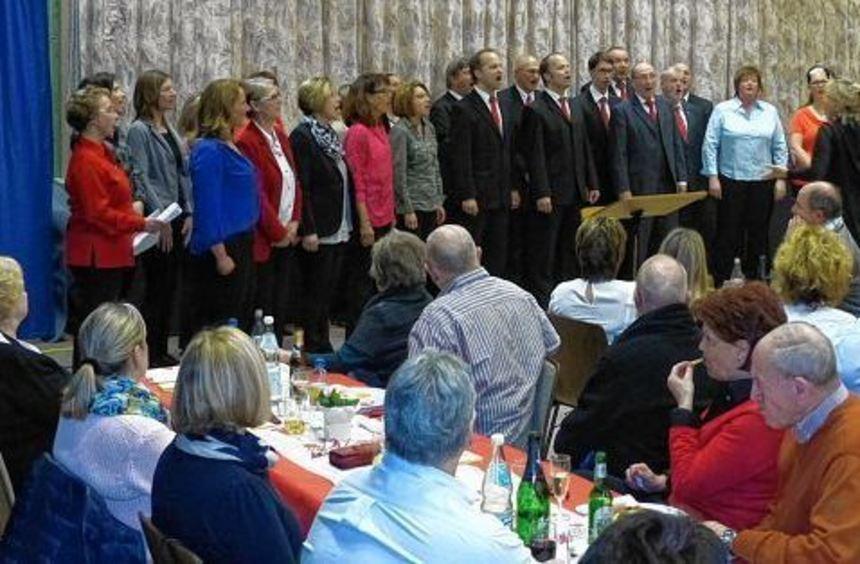 Beim Frühlingsfest bei der Germania sangen die Männerchorgemeinschaft Germania/Männergesangverein ...