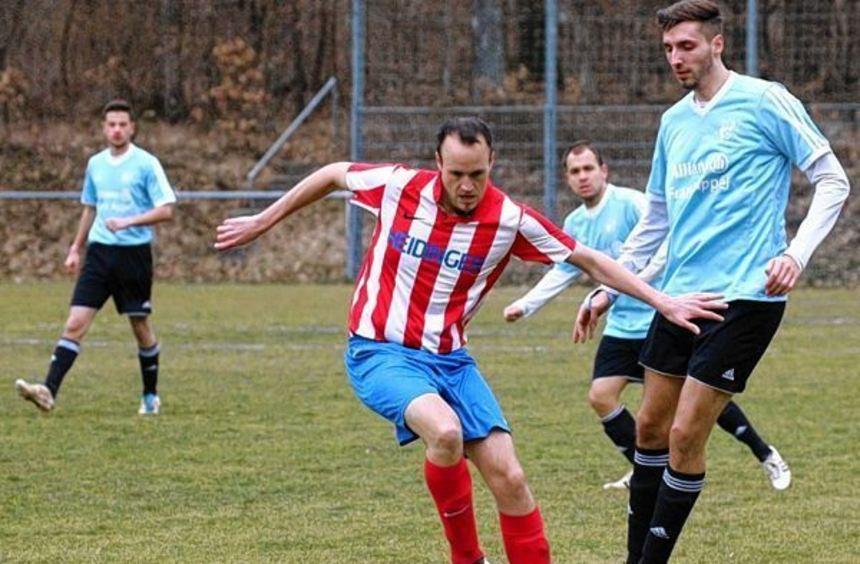 Harthausens Spielertrainer Hendrik Schumann in Aktion - im Spiel SV Harthausen (in rot) gegen SV ...