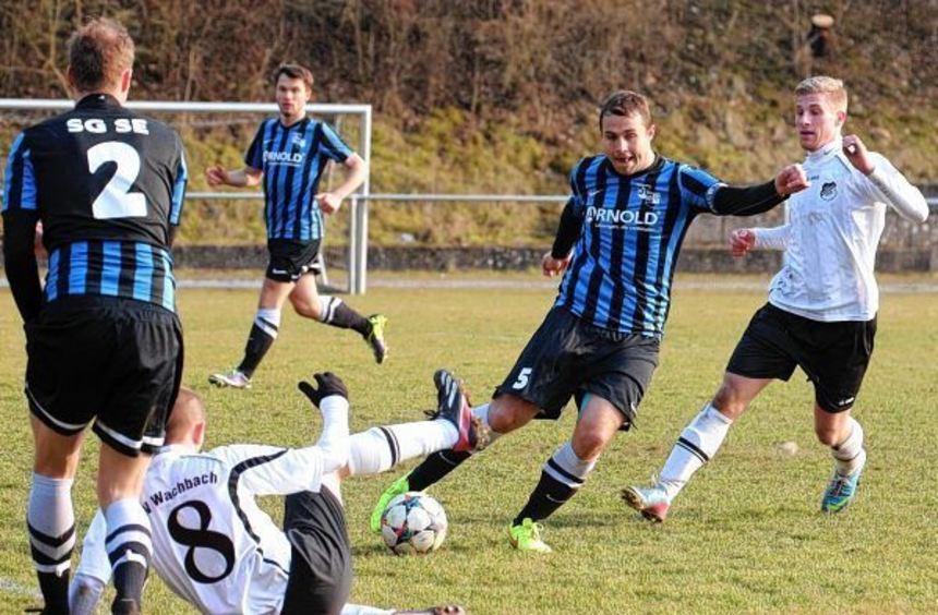 In der Bezirksliga siegte Wachbach (in weiß) gegen die Gäste der SG Sindringen-Ernsbach mit 1:0. ...