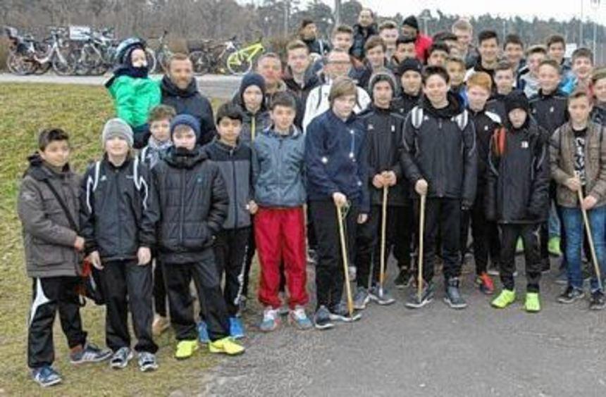 Gestern Vormittag machten sich die jungen Kicker des TSV Amicitia auf den Weg, um rund um ...